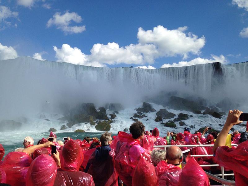 Grupo de turistas no cruzeiro Voyage to the Falls em Niagara Falls