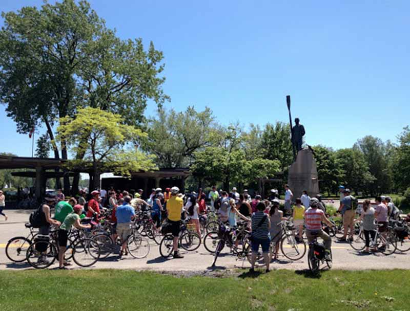 Grupo da excursão de bicicleta em Toronto