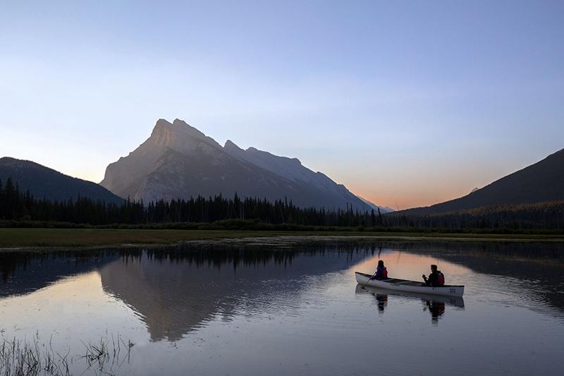 Pôr do sol na excursão de canoa em Banff