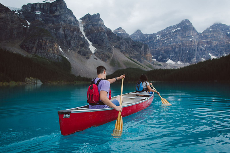 Canoas da excursão em Banff