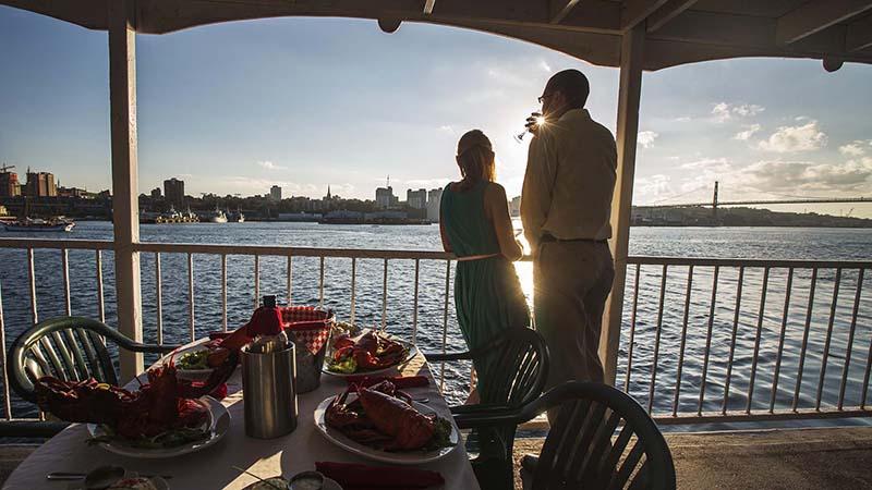 Casal no cruzeiro com jantar no Porto de Halifax