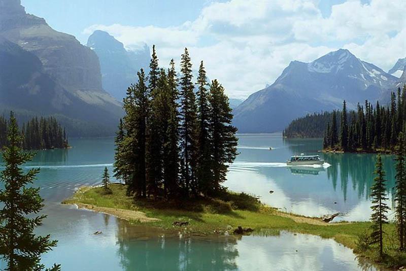 Barco no Lago Maligne em Jasper
