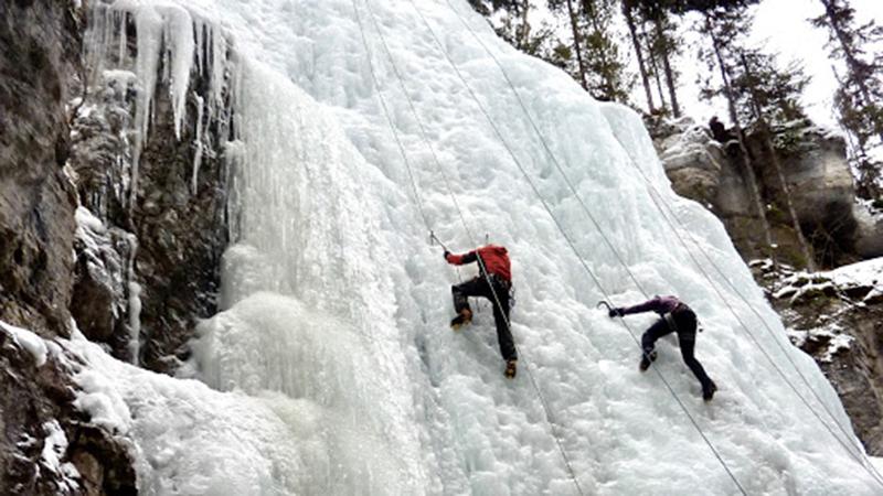 Escalada do passeio de inverno no Maligne Canyon em Jasper