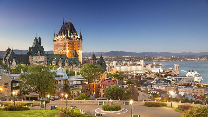 Pôr do sol do Cruzeiro turístico em Quebec