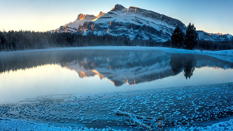 Lago do Parque Nacional de Banff no inverno