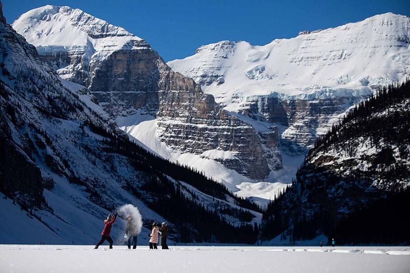 Família na excursão de inverno em Banff