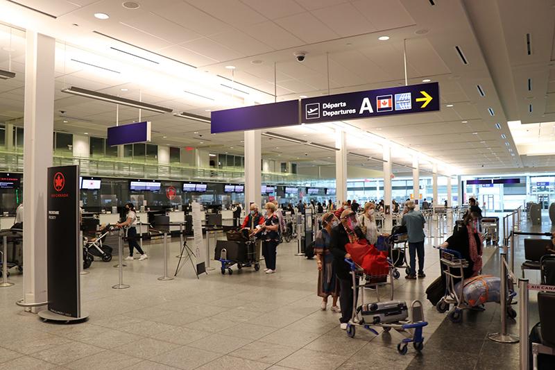 Momento do check-in em aeroporto canadense