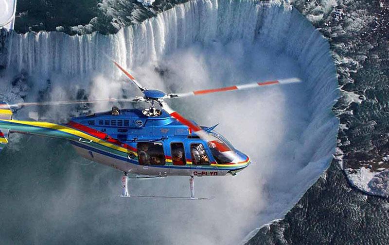 Vista das cataratas do passeio de helicóptero em Niagara Falls